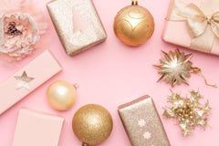 Rose et cadeaux de Noël d'or d'isolement sur le fond de rose en pastel Moquerie de Noël  image libre de droits