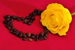 Rose et café de jaune sur un fond rouge Images libres de droits