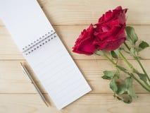 Rose et carnet 1 de rouge Image stock