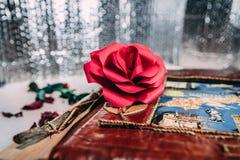 Rose et carnet de rouge sur le fond blanc et gris photographie stock
