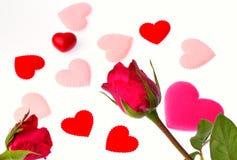 Rose et coeur de rouge d'isolement sur le fond blanc Photo libre de droits