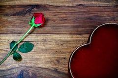 Rose et coeur sur le bois rustique Image libre de droits