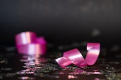 Rose et décoration élégante argentée sur le fond noir photo libre de droits