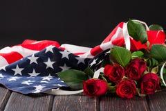 Rose et drapeau américain sur le bois Image libre de droits