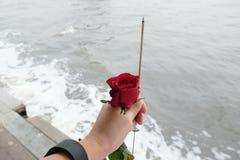 Rose et encens de rouge pour la cérémonie funèbre Photographie stock libre de droits