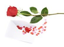 Rose et enveloppe remplies de coeurs Photographie stock libre de droits