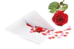 Rose et enveloppe remplies de coeurs Image libre de droits