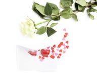 Rose et enveloppe remplies de coeurs Images libres de droits