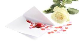 Rose et enveloppe remplies de coeurs Photographie stock