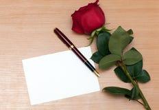 Rose et feuille de papier Photographie stock