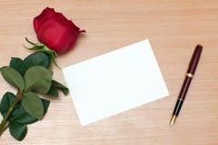 Rose et feuille de papier Photo stock