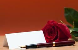 Rose et feuille de papier Photos stock