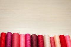 Rose et fils de couture rouges sur la table en bois Vue supérieure avec l'espace pour le texte Photo stock