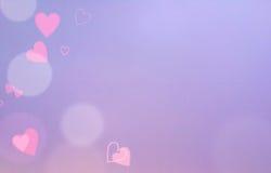 Rose et fond abstrait pourpre de tache floue avec les coeurs rouges, l'espace libre pour le texte Images stock