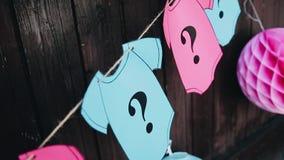 Rose et gilets de bébé bleu fabriqués à partir de le papier Décorations pour les vacances des enfants clips vidéos