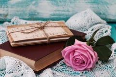 Rose et les vieilles lettres sont livre proche dans un style de vintage Photo libre de droits