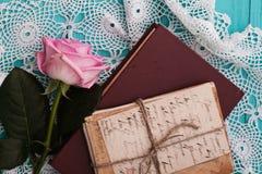 Rose et les vieilles lettres sont livre proche dans un style de vintage Images stock