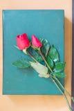 Rose et livre Photographie stock