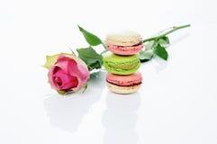 Rose et macarons Images libres de droits