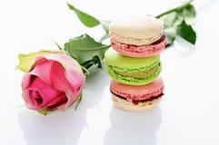 Rose et macarons Photographie stock