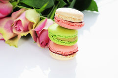 Rose et macarons Images stock