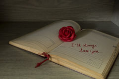 Rose et note de rouge avec des mots d'amour Photos stock