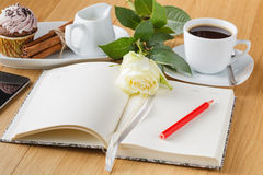 Rose et page vide de carnet sur le fond en bois Image stock