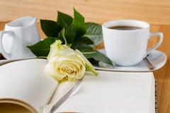 Rose et page vide de carnet sur le fond en bois Photographie stock libre de droits