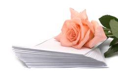 Rose et pile des enveloppes Photo libre de droits