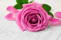 Rose et plan rapproché de lettre d'amour Photo libre de droits