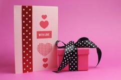 Rose et véhicule fait main rouge, avec le message d'amour et le cadeau de point de polka. Photos libres de droits