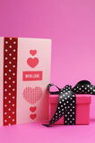Rose et véhicule fait main rouge, avec le message d'amour et le cadeau de point de polka. Vertical. Photos libres de droits