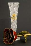 Rose et vase en cristal Photographie stock libre de droits