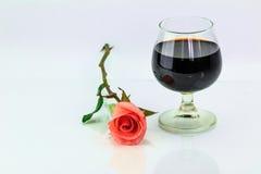 Rose et vin de rose en verre Photographie stock