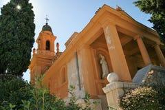 Rose färbte Kirche in Nizza an einem hellen Sommertag Stockfotos