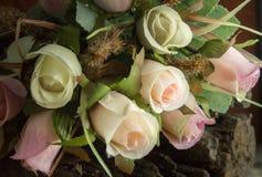 Rose false su legname con fondo scuro Fotografia Stock Libera da Diritti