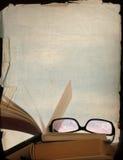 Rose-farbige Schauspiele und alte Bücher Lizenzfreies Stockfoto