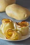 Rose fatte delle patate affettate al forno fotografia stock