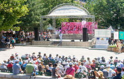 Rose Festival i den centrala fyrkanten av staden av Karlovo i Bulgarien arkivfoton