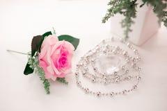 Rose - fleur, cadre de tableau, forme de coeur, vase, récipient Photos stock