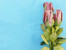 Rose fleurit avec le papier de métier sur le fond bleu de point de polka Photographie stock