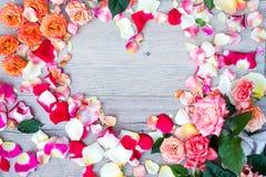 Rose fleurit le cadre de forme de coeur sur le fond en bois Configuration plate, vue supérieure Fond du `s de Valentine Photo stock