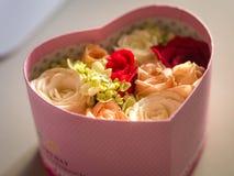 Rose Flower im Herz-Form-Kasten Stockfotos