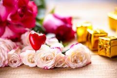 Rose, forma del cuore e contenitori di regalo Immagine Stock Libera da Diritti