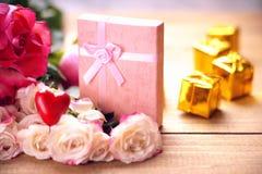 Rose, forma del cuore e contenitori di regalo Fotografia Stock Libera da Diritti