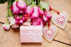 Rose, forma del cuore e contenitori di regalo Fotografia Stock