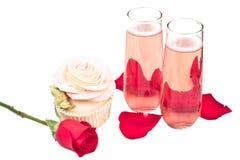 Rose formte kleinen Kuchen mit Champagner Stockbilder