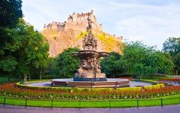Rose Fountain com castelo de Edimburgo Imagem de Stock