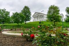 Rose Garden na frente de uma construção Imagens de Stock Royalty Free
