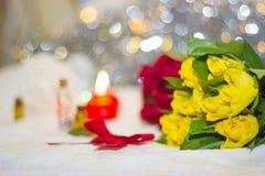 Rose gialle con l'arco rosso Immagini Stock